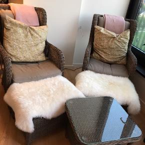 Lækkert Loungesæt kun brugt indendørs bestående af 2 stole og 2 skamler + bord