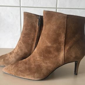 Smuk og klassisk kort støvle fra Apair.  Brugt en enkelt gang indendøre Behagelig skindbeklædt hæl  på 7 cm Købspris 2199,-