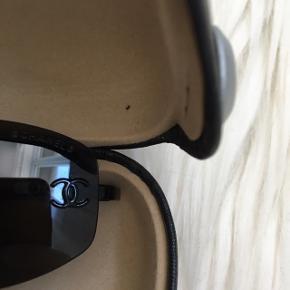 Chanel solbriller sælges. Fremstår i meget flot stand. Med Chanel logo på hver glas og i bunden af stellet.   #30dayssellout