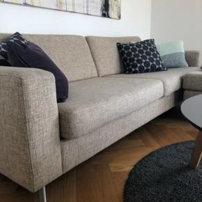 Beige / sandfarvet trepersoners sofa fra Bolia inkl. stor puf og en mindre puf i samme stof som sofaen. Modellen er Scandinavia. Hynderne er med koldskum, og er meget behagelige :) sofaen er et par år gammel og fejler ingenting. Den blev renset for et halvt år siden.