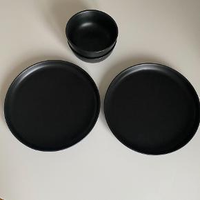 Eva Solo Nordic Kitchen Tallerken Ø 25 cm - Stentøj - Sort To stk.  Eva Solo Nordic Kitchen Skål Ø 13,5 cm - Stentøj - Sort 2 stk  Brugt to gange.  Tallerkenerne sælges for 75 kr stykket  Sælges samlet for 265 plus porto :)