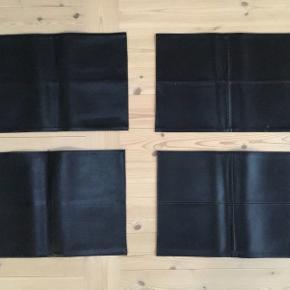 4 dækkeservietter i læder / læderlook som er meget praktisk og nemme at rengøre De er i meget flot stand Sælges samlet 48 x 33