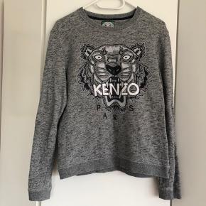 Fed sweater fra KENZO. Grundet broderiet er blusen lidt stiv i det - det har den været fra jeg købte den.  Str. L - dog er den lille i størrelsen!! Jeg er en small og passer den.