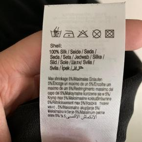 Varetype: Midi Farve: Sort  Brugt 2 gange  100% silke  Køber betaler fragt :)