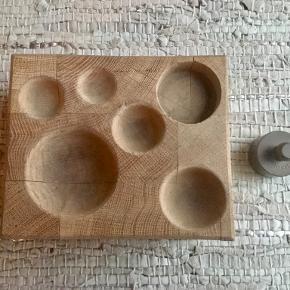 Nøddeknækker designet af Torben Ørskov. Fra 1960èrne. Med brugstegn og to af hjørneblokkene er løse - kan let limes, men holdes sammen af elastikker lige nu. 4 små, runde træben. Metaldimsen som man slår nødden i stykker med er ikke den originale, men har altid været den vi har brugt. Mål på træblokken :  B : 11,5 cm, L : 14,0 cm, H : 7 cm. Sender gerne med DAO på købers regning.