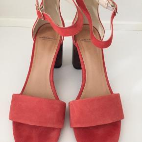 Super flotte ruskind sko fra Vagabond i koralrød med 8cm hæl, kun brugt en gang #30dayssellout