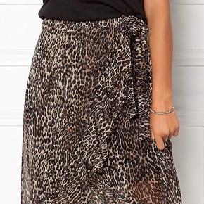 Virkelig smuk nederdel i mesh med bindebånd og flæsedetaljer, normal i størrelsen