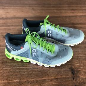 Superseje ON løbesko fra Schweiz. Cloudflow. En sko der har sat verdensrekord i Marathon. Har været brugt 1 gang i en gymnastiksal i 10 min (for små).  Str 42 men er til den lille side. Nypris 1.150,-  Stadig i butikkerne.