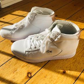 Varetype: Sneakers Farve: Hvid Oprindelig købspris: 830 kr.  La Coste Carnaby , Wedge 3 High Top. Brugt 2 gange