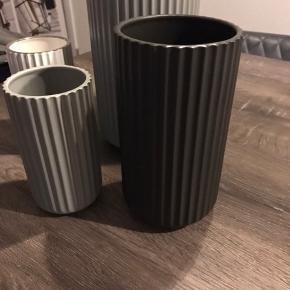 Diverse Lyngby vaser sælges. Fejler ikke noget. Kan købes enkeltvis eller samlet. Forskellige højder. Sort, lysegrå og hvid med sølvkant
