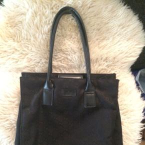 Ægte tidsløs Gucci taske. Med serie nr. Lettere brugt men rigtig fin stand.