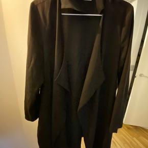 Basic sort cardigan med en smule falmet i farven på skuldrene