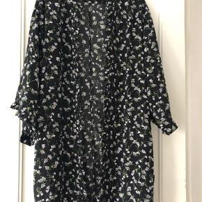 Så fin slå om kimono fra Envii i str M.  Sort bund m/blomster.  100 % polyester  Som ny 😊 MP: 200,-kr pp  BYTTER IKKE