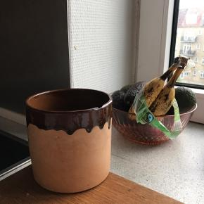 Retro urtepotteskjuler i ler og med brun løbeglasur ✌🏼 formegentlig tysk. Rigtig fin, har dog et tydeligt skår i kanten. Det kan dog nemt dækkes af en plante 🌷 måler ca. 11,5 cm i diameter, og 11 cm i højden.   Bemærk - afhentes ved Harald Jensens plads eller sendes med dao. Bytter ikke 🌸  💫  Retro loppefund vase keramik stentøj urtepotte urtepotteskjuler urte potte skjuler