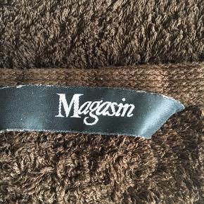 Lækre håndklæder fra Magasin. Super kvalitet. Lækker mørk kaffebrun farve. Vaskeklud 30 x 30 cm 5 stk Gæstehåndklæde 40 x 60 cm 6 stk Håndklæde 100 x 45 3 stk Badehåndklæde 140 x 70 2 stk Badelagen 150 x 100 2 stk  Se også min annonce med sengetøj i samme farve.  ....... og mine andre annoncer med lækkert kvinde tøj.