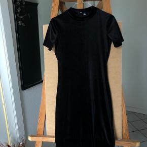 Figursyet velour kjole med høj hals  Str S Næsten som ny  100 kr.