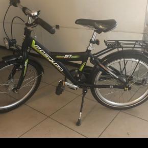 """Sælger Mosquito cykel ( vi tror det er en 20"""") Passer til 5-7 år. Gearkabel er defekt. Altid stået i garagen, når den ikke har været i brug. Afh. Boldesager Mp. 500 kr."""