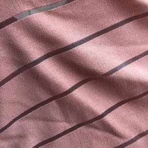 Utrolig fin og enkel blusekjole, perfekt til sommer.  Kjolen har en behagelig og løstsiddende pasform med t-shirt ærmer.  Kjolen er meget enkel i sit udtryk, men har dog en fin detalje med de tværsgående, gennemsigtige streger.  Vær' opmærksom på, at kjolen er laksefarvet - hvilket ikke helt kommer til udtryk på billederne.  Mål.  Længde: ca. 88 cm. fra krave til kant Bredde (skuldre): 48 cm.