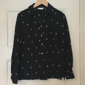 Sælger denne bløde fine skjorte fra Stine Goya. Brugt en enkelt gang, så den fremstår som ny. Den er sort/mørkeblå og med stjerner i mønsteret.  Kom med bud. Sender også gerne :-)