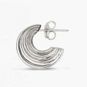 Et par small sculpture øreringe fra Jane Kønig i sterling sølv. Diameter 18 mm, og bredde 10 mm. Kun brugt 2 gange. Kommer i original æske. Sælges kun samlet. Nypris: 325 per styk (650 samlet)