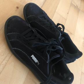 Gode, men brugte. Tegn på slid inde ved hælen (ikke noget andre kan se og ikke noget der har indflydelse på skoen).