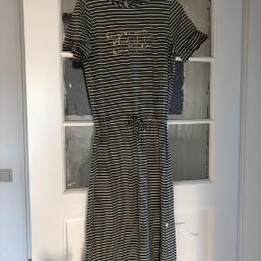 Sød lang grøn og hvid stribet kjole i dejlig blødt stof