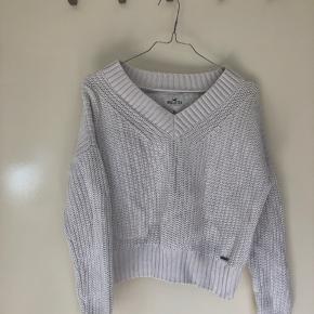 Sælger min hvide Hollister sweater  Den har v udskæring
