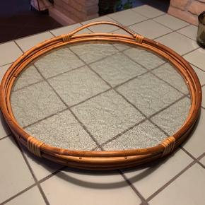 Flot rund bambus bakke med matteret glas i rigtig god stand , flot dekorativ😊 ca 37cm i diameter og 3 cm høj og 5,5 cm høj med håndtag