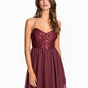 Kjolen er bordeaux, men har samme ryg som den sorte kjole vist på billede 2.