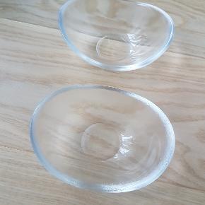 """2 stk. """"Verona"""" skåle i matteret glas (glat indvendig) fra Holmegaard - designet af Per Lütken. Udgået af produktion.   Flot stand, uden skår.   Mål: Længde: 12,5 cm. - Bredde: 10 cm. - Højde: 4,5 cm.   Kan afhentes i Rødovre eller sendes på købers regning med DAO."""