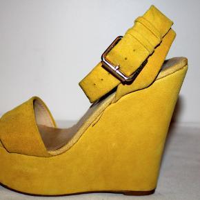 Sandaler i ruskind med plateau.