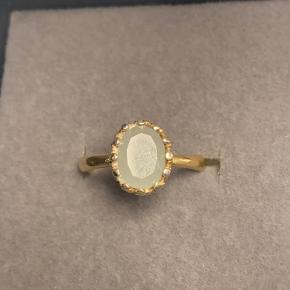 Guldbelagt ring fra Carré med stenen akvamarin.  Str. 51 - small.  Kan afhentes i Gentofte eller sendes på Købers regning.