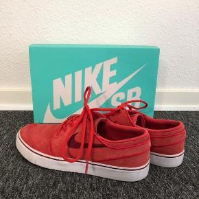 Sælger mine røde Nike Sb, da jeg simpelthen ik får dem brugt. De er brugt omkring 5 gange og som nye! BYD gerne :)
