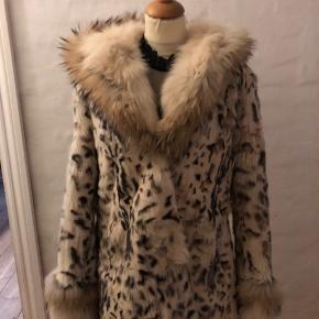 Super smuk pels, med super fed hætte  Der er lidt brugsspor i foret