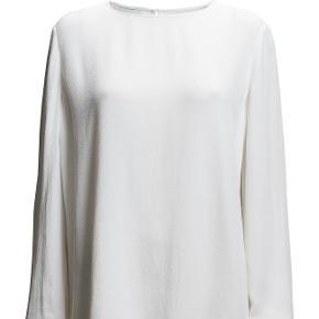 Lækker oversize bluse i 100 % viscose.  Str. er en S men kan sagtens passes af en str. Medium  Bryst 106 cm Længde 68 cm