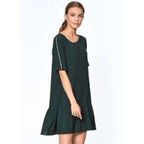 Sælger denne fine peplum kjole fra Only med hvide striber på ærmerne.  Helt ny, aldrig brugt, stadig med mærket på.  Str. 36  Kan mødes og handle i København K eller sendes med Dao via Trendsales handel - pris for fragt kommer oveni :)