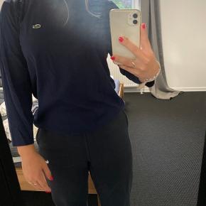 Rigtig fin Lacoste bluse. Aldrig brugt før. Byd gerne eller spørg efter flere billeder.  Str. 16 år svare til en S. Mp. 130 kr