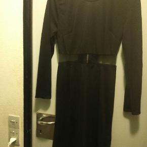 """Sort tætsiddende kjole med """"gennemsigtigt"""" stof på midten"""