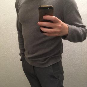 Sweater, Selected Homme, str. S, Grå, Næsten som ny Grå sweater fra Selected Homme sælges, da jeg aldrig rigtigt har fået den brugt.Skriv ved interesse for flere af mine varer, så finder vi ud af en samlerabat
