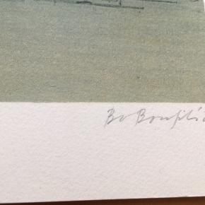 Smuk farvelitografi af Bo Bonfils Motiv fra København  Størrelse: 55x47 cm.   Signeret i bly: Bo Bonfils Nummereret: 224/300  Litografiet har fået et buk på et tidspunkt (se billedet), derfor vurdering: slidt.  Udover bukket er værket i fin stand.   Se også mine andre annoncer med kunst fra anerkendte kunstnere.  Jeg tilbyder også professionel indramning med passe partout til meget fornuftige priser 😉