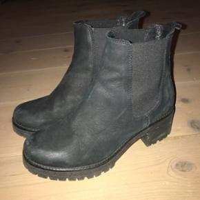Sorte støvler fra B&Co. Nypris 700. 1 1/2 år gamle men fin stand!