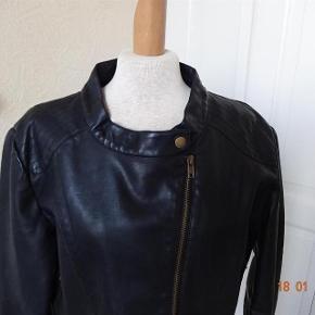 Kort skind jakke  Milla XL.( fake skind) Farve: Sort  Kort Skind jakke sælges.  fake skind...  (Bytter ikke)  Brystmål: 53x2 Overskulder 44x2 Overarm:17x2 Længde: 48 Materiale: skind Ikke ægte.  Se også mine andre annoncer