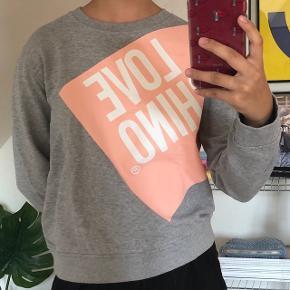 Sælger denne smarte sweatshirt fra Love Moschino 💗 i en italienskstørrelse 46 (meget lille i størrelsen, fitter derfor str. XS-S)  I rigtig god stand, brugt maks. 1-2 gange 😊💕 Np: 1600,-
