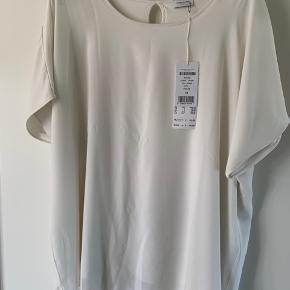 2 lags bluse i lækkert materiale. Aldrig brugt da for lille