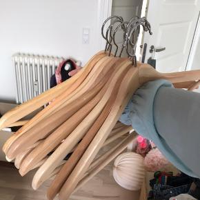 10 stk. træbøjler fra IKEA (sælges hos dem som 8 for 25,-)  Perfekt stand  Køber betaler fragt.   Tag et kig i min shop - giver mængderabat
