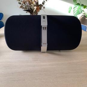 Fin højtaler af mærker NAD, model Viso 1 Fejler Intet og fjernbetjening medfølger Forbindelse til højtaler via bluetooth Original købspris 3000 kr.