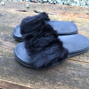 Cosy Concept  Lækre Mink Slippers Farve: Sort; Mink Oprindelig købspris: 1300 kr. Sandaler, str. 39, sort, Mink, Næsten som ny;  Brugt få gange