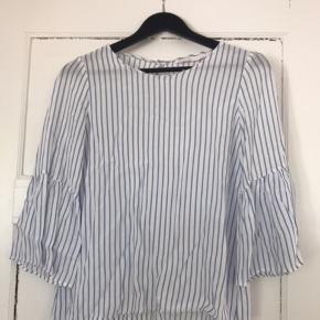 Flot og let bluse fra Zara str. S Trafaiuc Collection   Blusen har trompet ærmer og lyseblå striber.