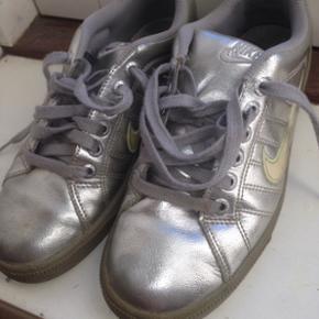 Nike sneakers i sølv. De er i rigtig god stand trods de er brugt. Kom med et bud. Str 39