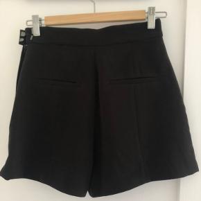 Smarte shorts fra H&M med lommer og lynlås i siden ved hoften. Prismærke stadig på.